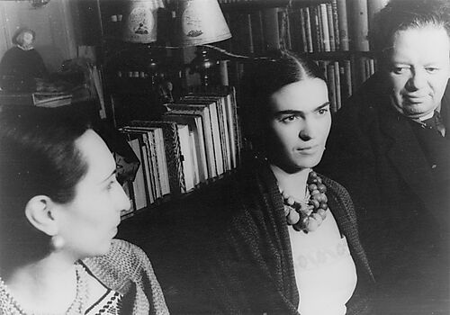 Fotografie: Frida Kahlo (Mitte) mit Diego Rivera, Foto von Carl van Vechten