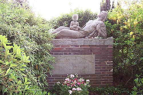 Grabdenkmal auf dem Worpsweder Friedhof, von Bernhard Hoetger