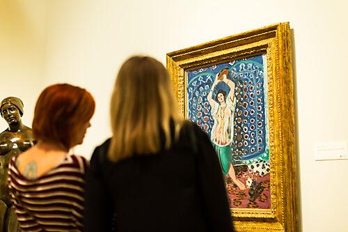 """Besucher des Norton Simon Museums in Pasadena, Kalifornien, vor Henri Matisses """"Odalisque mit Tamburin"""" (Harmony in Blue)"""