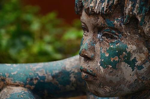 Die Patina von Bronzefiguren im Außenbereich schafft eigene farbliche Akzente