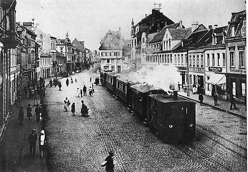 Max Ernst' Geburtsort Brühl: Fotografie, Brühler Markt mit dem Feurigen Elias der Köln-Bonner Eisenbahn