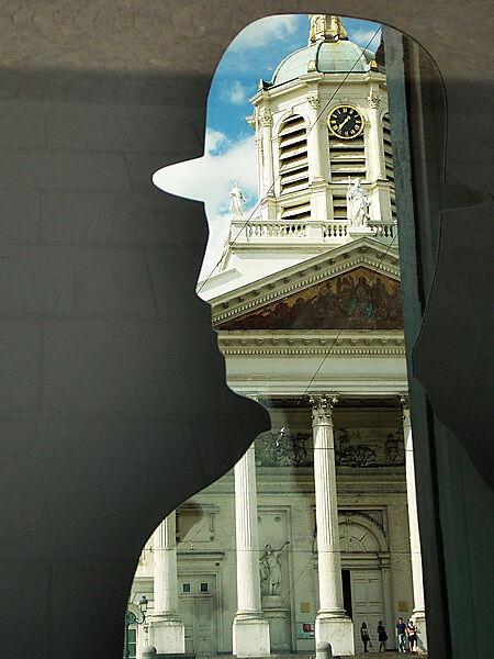 Fotografie, Denkmal zu Ehren René Magrittes in Brüssel, vor der Saint Jacques-sur-Coudenberg