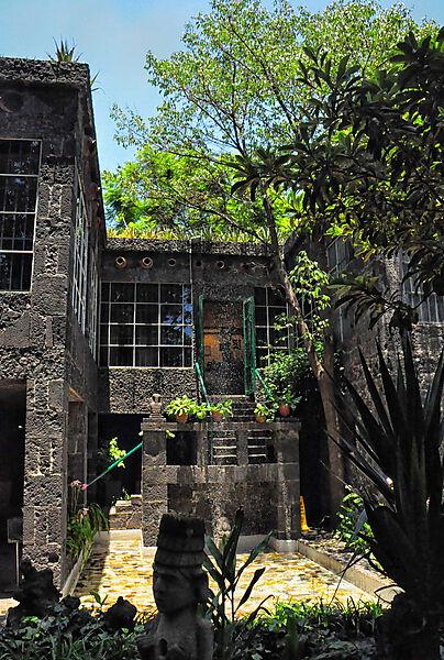 Fotografie: Innenhof, Brunnen und Treppe zum Schlafzimmer