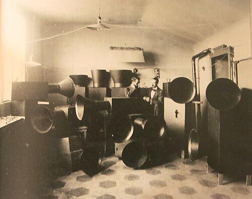 Luigi Russolos teilweise elektrisch betriebene Geräuschinstrumente für bruitistische Musik