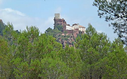Die Einsiedelei Sant Ramon auf dem Berg Mare de Déu de la Roca bei Mont-roig del Camp