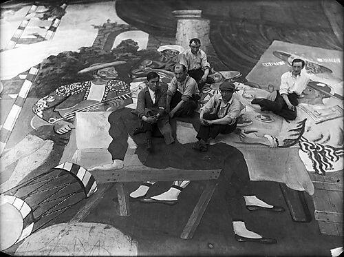 Fotografie, Pablo Picasso (2. v. r.) und Bühnenmaler auf dem Oberstoff für Léonide Massines Ballettparade, inszeniert von Sergej Diaghilews Ballets Russes im Théâtre du Châtelet