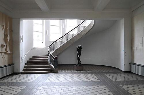 Foyer des Hauptgebäudes der Bauhaus-Universität Weimar mit der Eva von Rodin